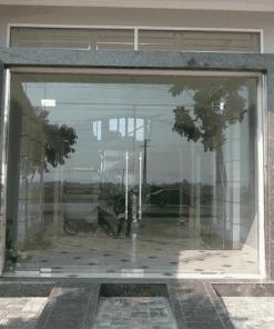 Cửa kính phòng khách mặt tiền nhà ống thích hợp cho việc kinh doanh buôn bán