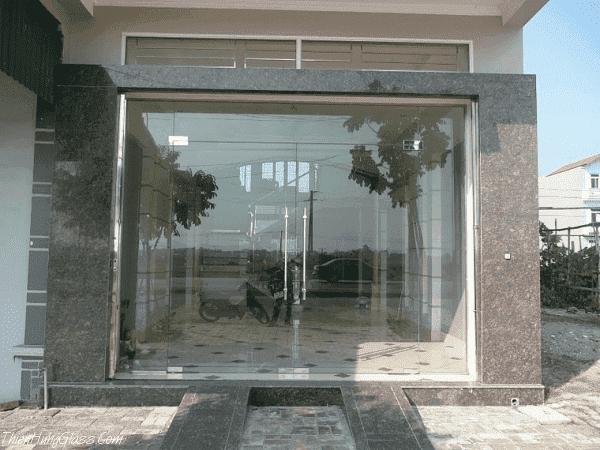 Mẫu cửa kính đẹp phòng khách mặt tiền nhà ống