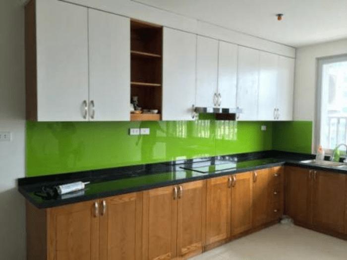 Mảng tường bếp được ốp kính ốp bếp màu xanh non đem lại sự tươi mới cho không gian bếp
