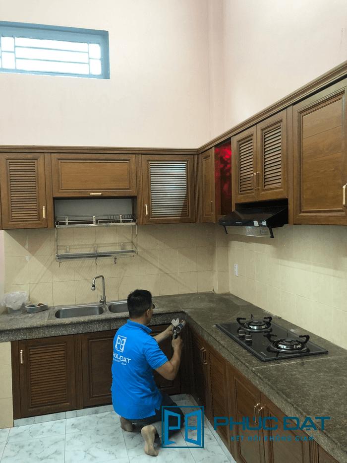 Tủ bếp nhôm giả gỗ cao cấp - công trình Nguyễn Văn Quá, Quận 12