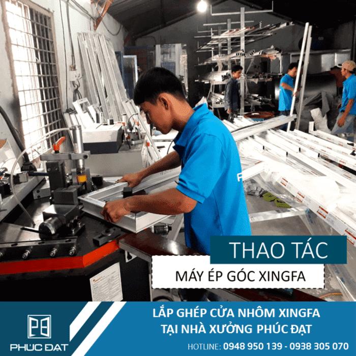 Kỹ thuật viên vận hành máy ép góc nhôm Xingfa.