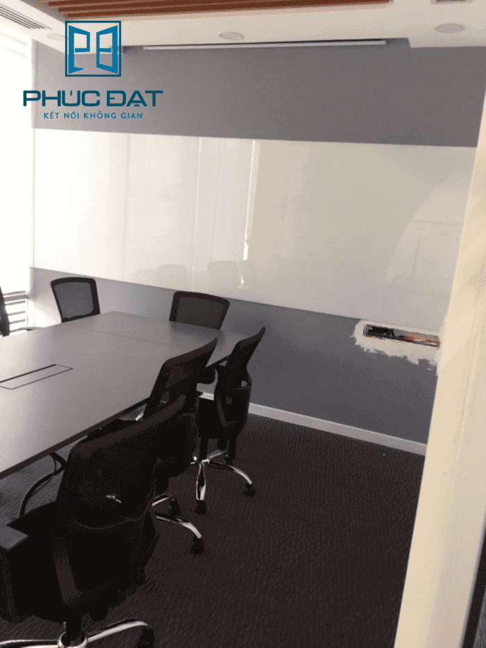 Bảng kính cường lực màu trắng sữa văn phòng Cen Invest