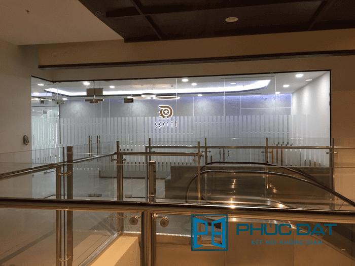 Bên cạnh lan can là Trụ sở công ty Go Viet tại TpHCM, Phúc Đạt Door đã thi công toàn bộ nội thất kính cho toàn bộ văn phòng Go Viet có diện tích hơn 500m2.