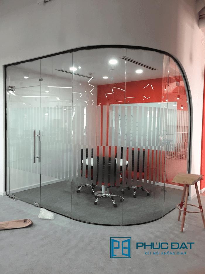 Vách kính uốn cong kết hợp cửa kính 1 cánh tại văn phòng Go Viet