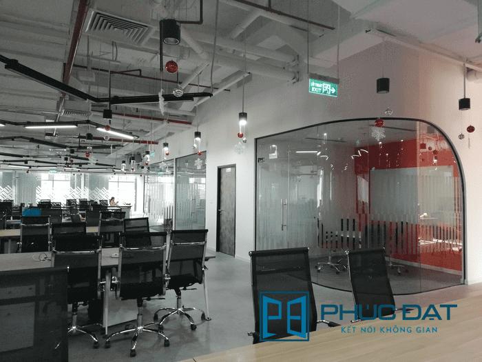 Hệ thống vách kính, cửa kính cường lực, kính cường lực uốn cong văn phòng Go Viet TpHCM.