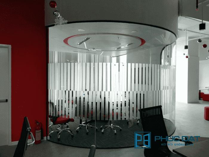 Vách kính uốn cong cho phòng họp văn phòng công ty Go Viet