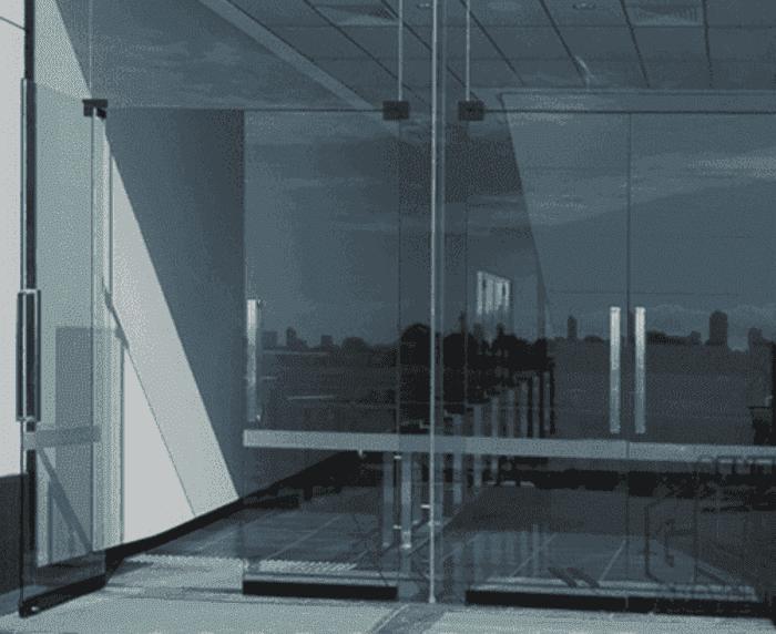 Cửa kính bản lề sàn 4 cánh được ghép từ 2 bộ cửa 2 cánh.