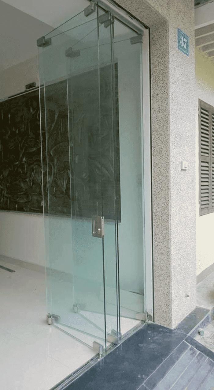 Cửa vách kính lùa xếp 4 cánh mặt tiền
