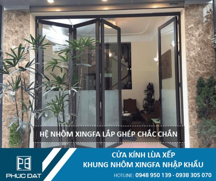 Cửa mở xếp gấp kính cường lực khung nhôm Xingfa