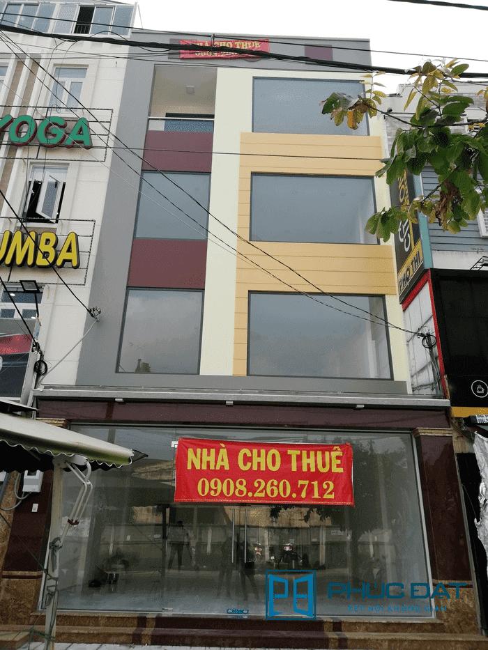 Mặt trước công trình với vách khung nhôm Xingfa & cửa kính bản lề sàn