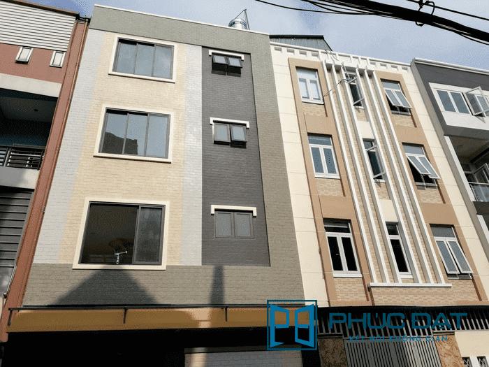 Mặt sau công trình gồm cửa lùa 3 ray 3 cánh & cửa sổ mở hất nhôm Xingfa