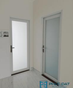Mẫu cửa nhôm màu trắng sữa đẹp cho phòng ngủ.