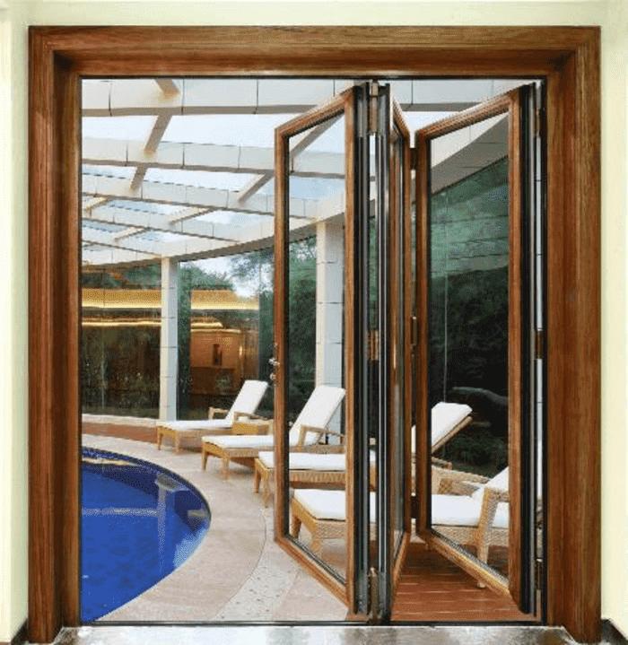 Mẫu cửa nhôm Xingfa 3 cánh vân gỗ đẹp lắp đặt cho khách sạn.