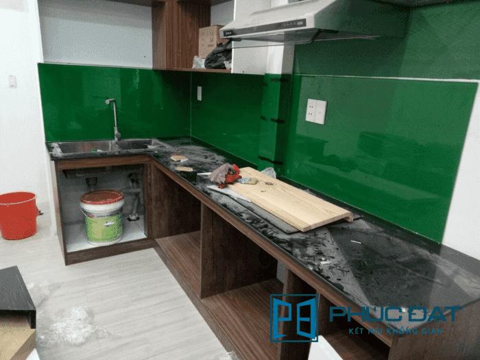 Kính bếp màu xanh rêu.