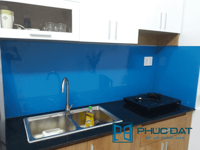 Kính bếp màu xanh dương.