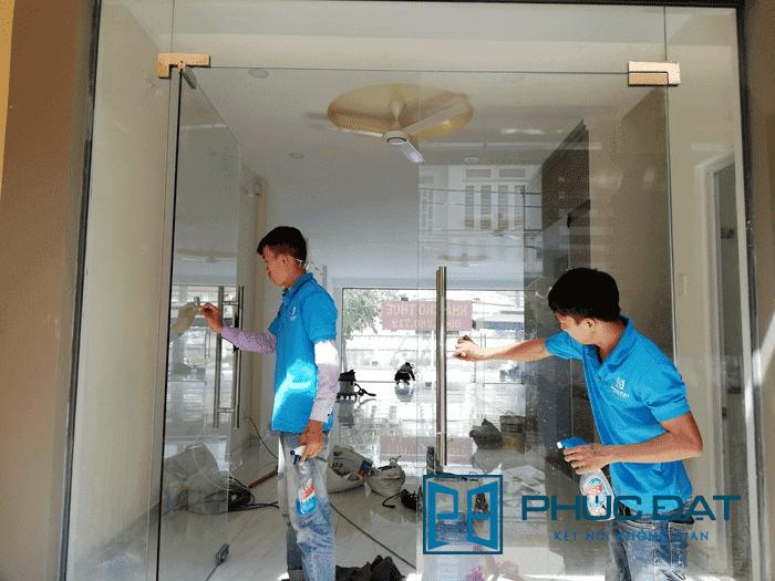 Một công ty lắp đặt cửa thủy lực chuyên nghiệp thì nhân viên sẽ mặc đồng phục đầy đủ. Khi thi công xong thì vệ sinh cửa sạch đẹp.