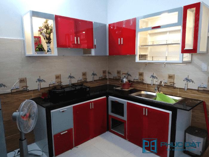 Cánh tủ bếp ốp kính màu đỏ cường lực