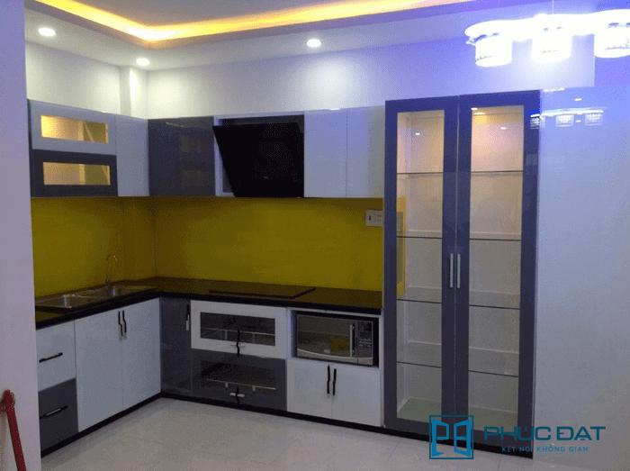 Tủ nhôm kính màu kết hợp kính màu ốp bếp màu vàng chanh