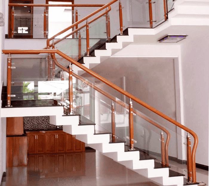 Cầu thang kính cường lực tay vịn gỗ, inox