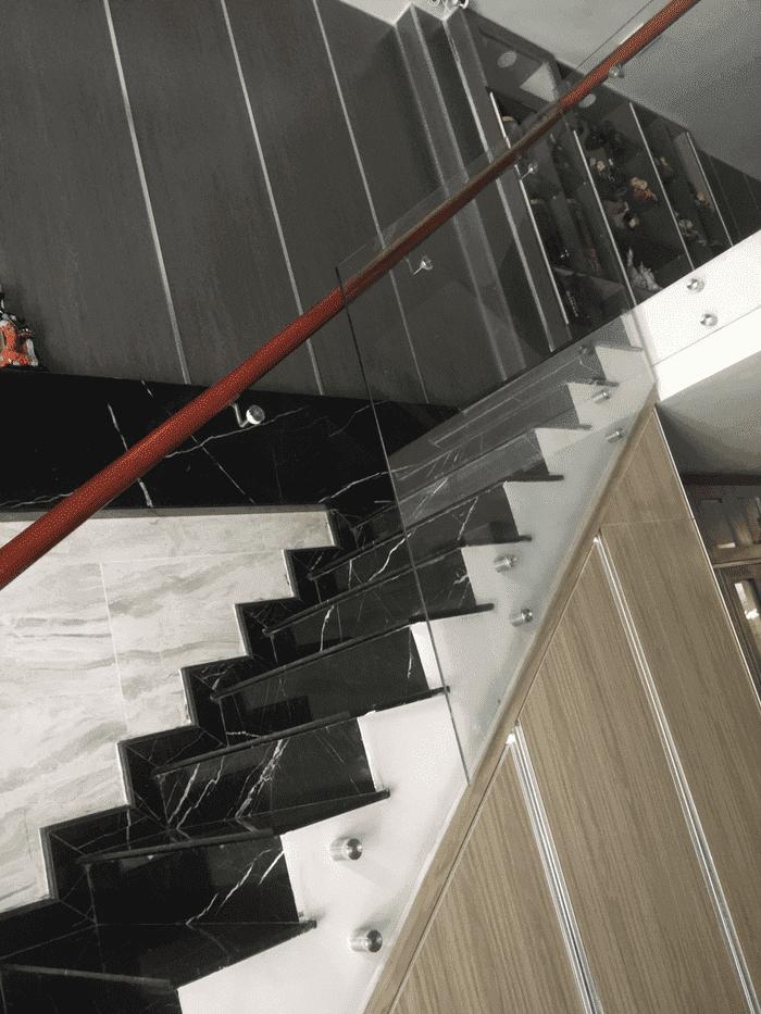 Cầu thang kính không trụ, sử dụng phụ kiện bọ giữ kính