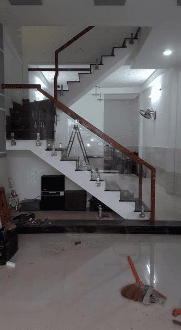 Cầu thang kính cường lực trụ lùn tay vịn gỗ sồi