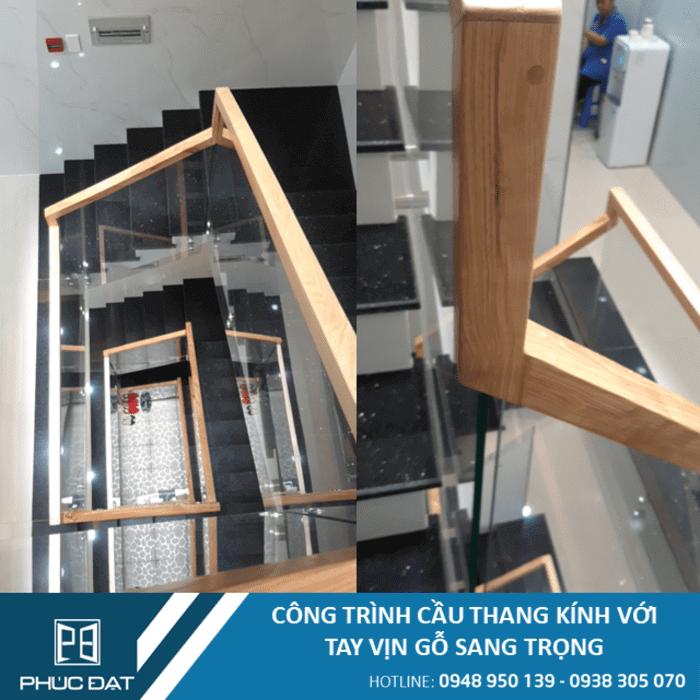 Công trình cầu thang kính với tay vịn gỗ sang trọng