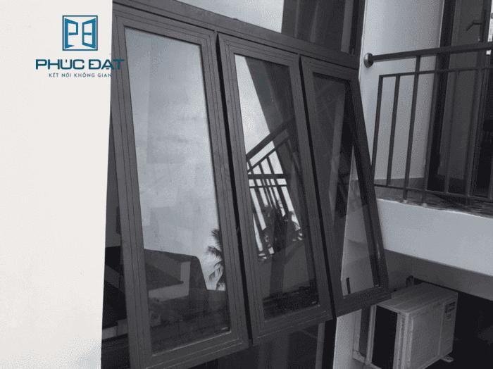 Cửa sổ phòng khách nhà ống mở hất không chiếm nhiều không gian.