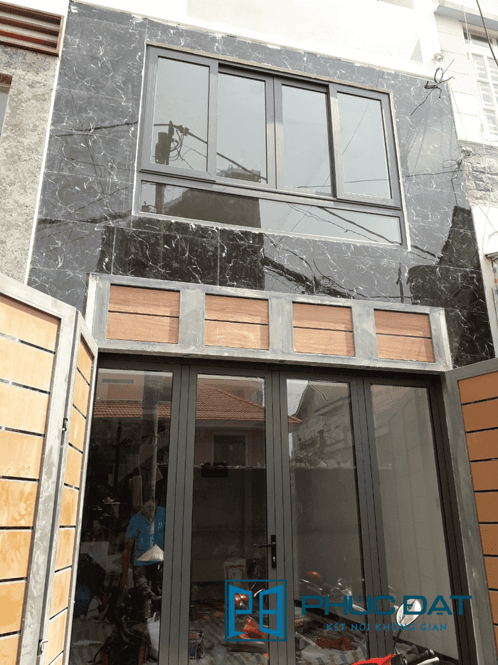 Cửa 4 cánh thường được làm cho cửa chính đem lại sự rộng rãi, thoáng đãng cho mặt tiền phía trước nhà.