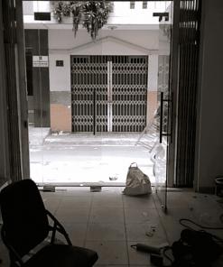 Cửa kính nhà phố 2 cánh sử dụng phụ kiển bản lề sàn VVP