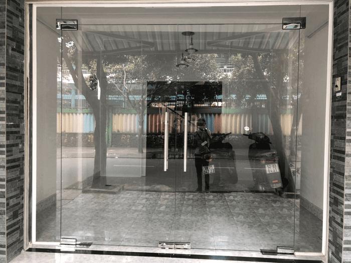 Cửa kính cường lực 2 cánh cho nhà phố là một trong những cửa phòng khách đẹp