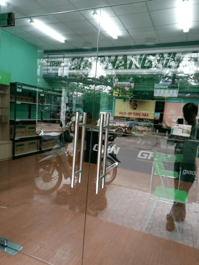 Cửa bản lề sàn 2 cánh phòng khách của chi nhánh Bưu cục Giao Hàng Nhanh