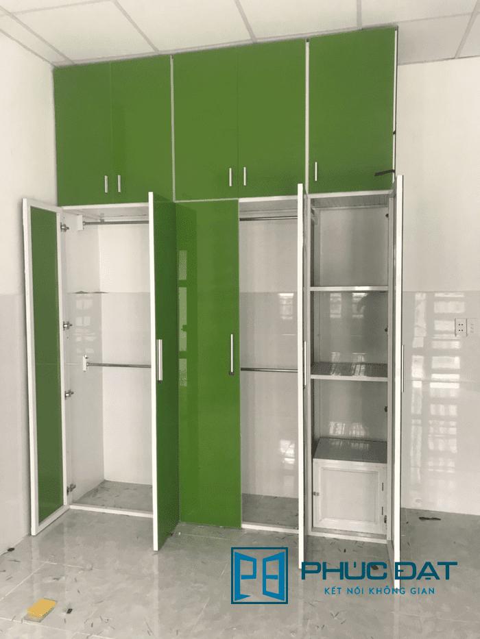 Tủ nhôm kính nhiều ngăn ốp kính màu xanh lá làm nội thất trong nhà thêm sáng sủa, trẻ trung