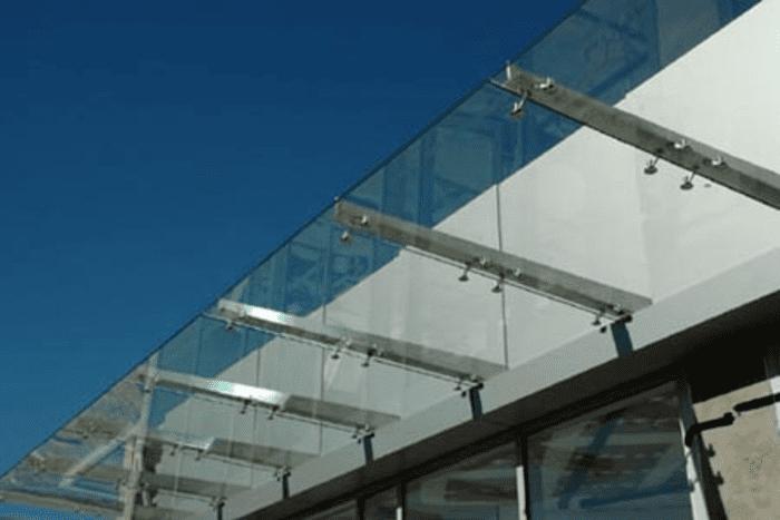 Mái hiên kính trong suốt tạo nét thẩm mĩ cao cho không gian
