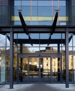Các tòa nhà sử dụng mái đón kính để đồng bộ với kiến trúc xây dựng hiện đại