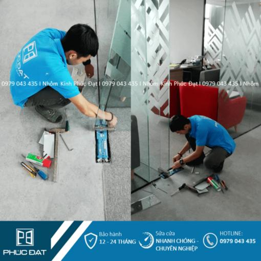 Nhân viên Phúc Đạt sửa cửa kính Hà Nội khắc phục lỗi bản lề sàn làm xệ cửa.