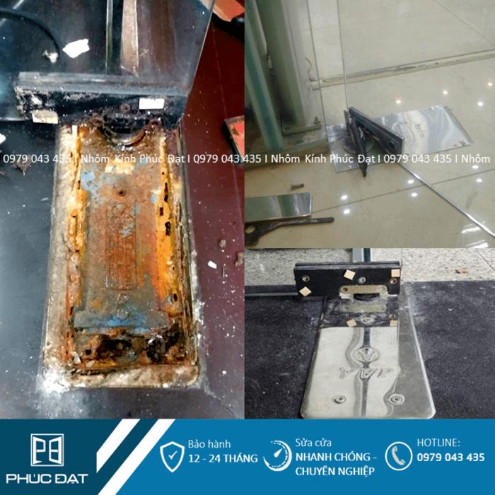 Bản lề sàn cửa kính sau một thời gian sử dụng bị rỉ sét, chảy dầu, hư hỏng cần phải thay mới.