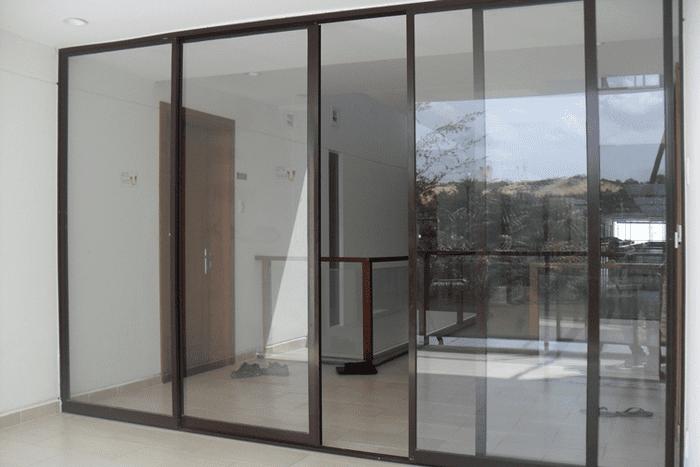 Cửa kính lùa 4 cánh khung nhôm lắp đặt cho tòa nhà văn phòng.