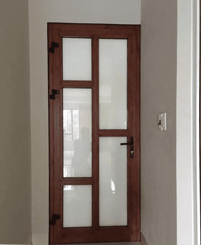 Cửa nhôm Xingfa vân gỗ kính mờ.