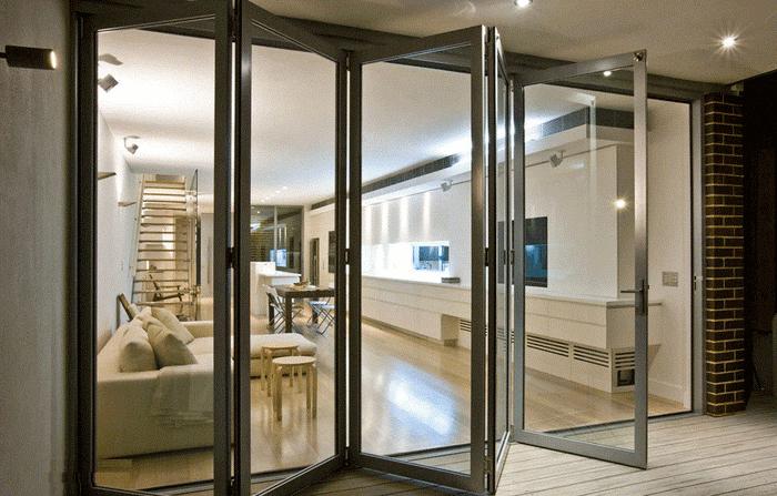 Khả năng đóng mở linh hoạt của cửa là ưu tiên hàng đầu quyết định cửa nhôm kính hãng nào tốt.
