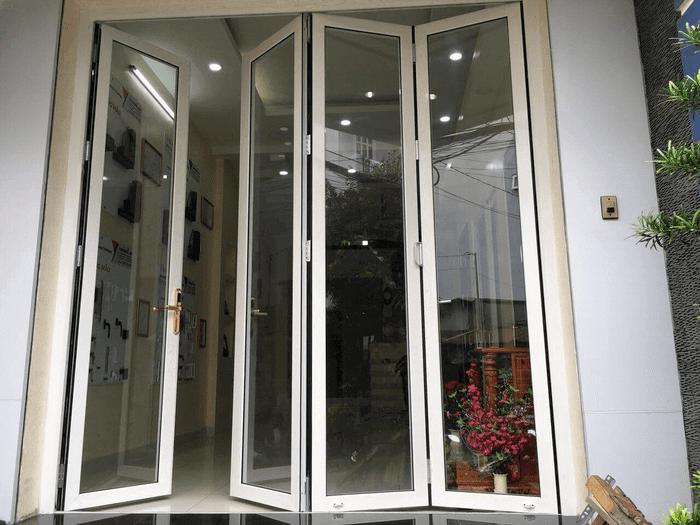 Mẫu cửa nhôm xếp trượt 4 cánh đẹp nhôm Xingfa màu trắng.