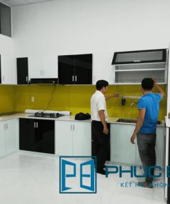 Mẫu tủ bếp kính màu với thiết kế thông minh tại showroom Phúc Đạt.