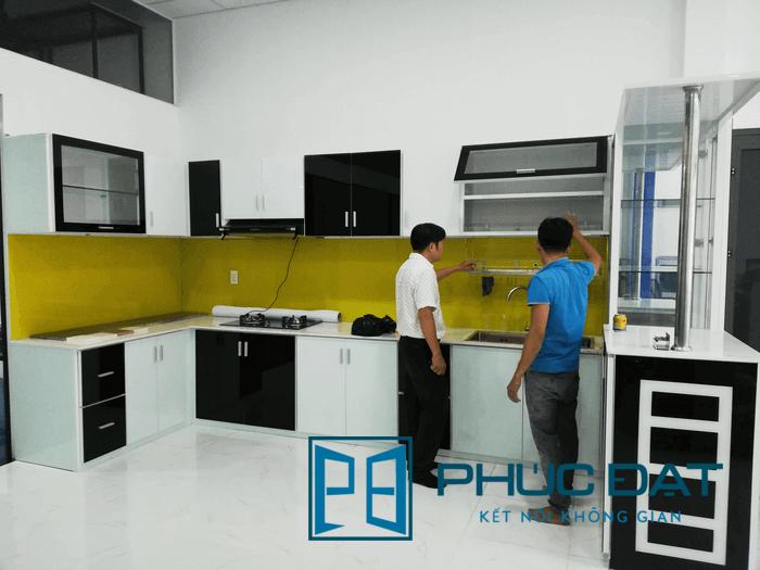 Mẫu tủ bếp đen trắng phối màu ấn tượng tại showroom tủ bếp Phúc Đạt.