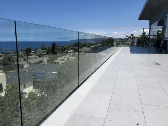 Lan can kính sân thượng chung cư sử dụng loại lan can kính không trụ.