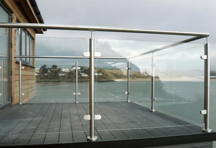Lan can kính ban công resort ven biển.