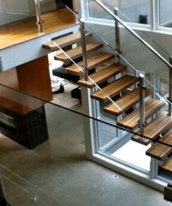 Lan can kính cầu thang và lan can gác lửng kết hợp sang trọng với nội thất sàn gỗ.