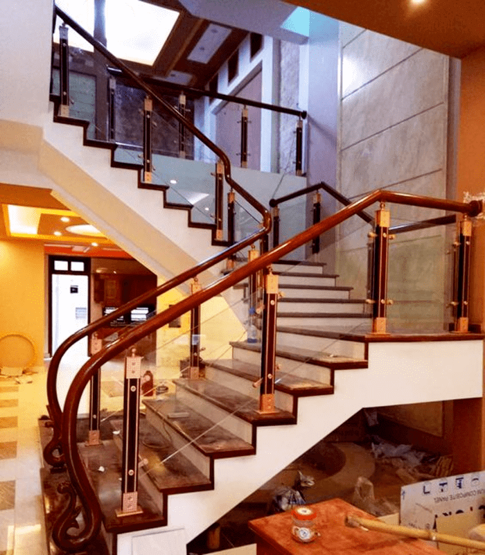 Lắp đặt lan can cầu thang kính cho biệt thự tại TpHCM.