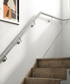 Cầu thang bằng kính không tay vịn với tay vịn bám vào tường.