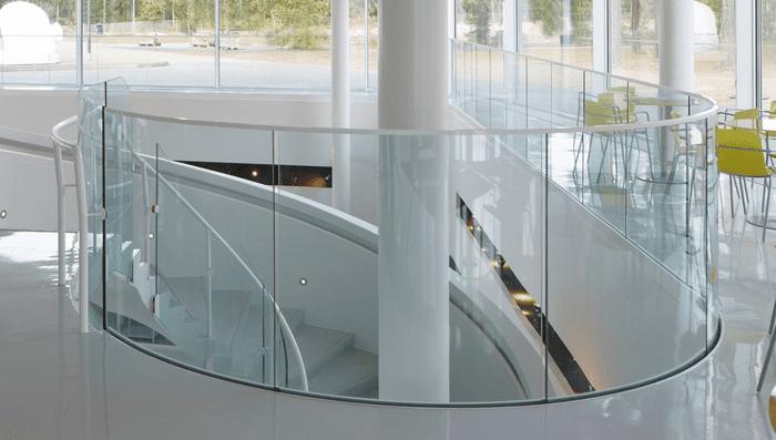 Thiết kế lan can kính hành lang thường thấy ở các trung tâm thương mại, sân bay, tòa nhà lớn
