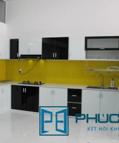 Mẫu tủ kệ bếp treo tường khung nhôm ốp kính màu, kết hợp kính sơn màu vàng ốp tường bếp. Các dạng tủ bếp này đang là xu hướng dẫn đầu năm 2021.