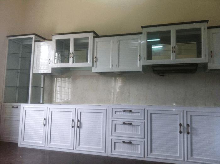 Tủ bếp nhôm kính sơn tĩnh điện màu trắng sứ giá rẻ.